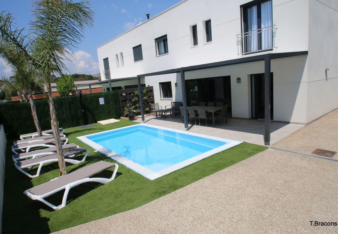 Garten und privater Pool des Ferienhauses Villa Milos in Cambrils