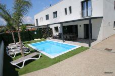 Jardín y piscina privada del chalet de alquiler para vacaciones Villa Milos en Cambrils